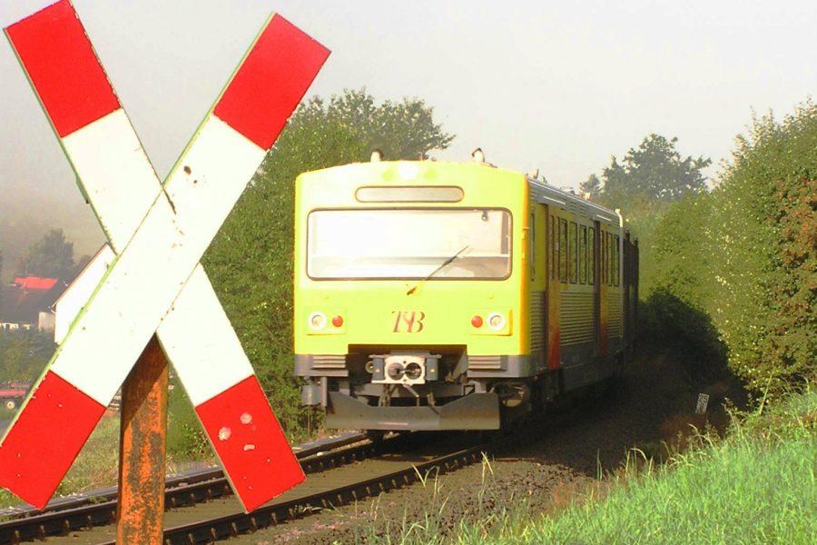 Taunusbahn am unbeschrankten Bahnübergang