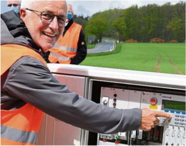 SPD Ortsvorsteher von Laubach Rainer Butz aktiviert die Ampelanlage am Laubacher Kreuz